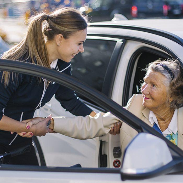 cc_hp_3_hjalper_kvinna_ur_bilen